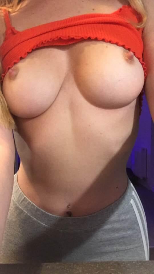 Brea enfile sa chemise rouge sur ses seins sur son seul compte gratuitement